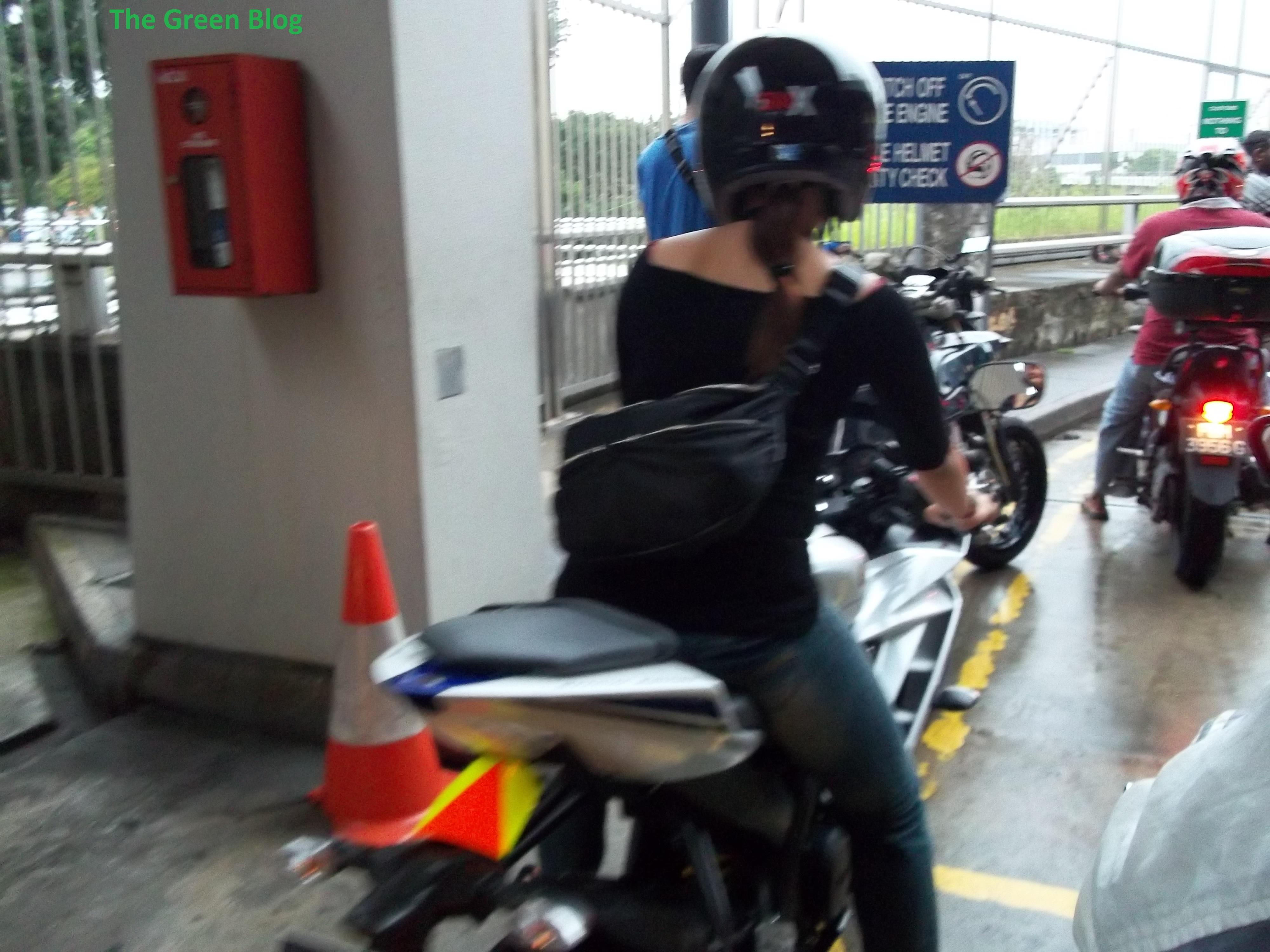 gunakanlah helm, saat bersepeda, motor