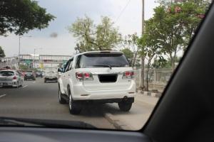 mobil juga tidak disiplin, tidak patuh peraturan lalu lintas