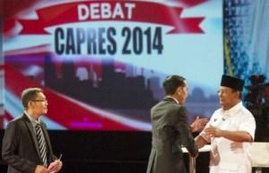 Moderator-Ahmad-Erani-Yustika-menonton-Jokowi-dan-Prabowo-bersalaman
