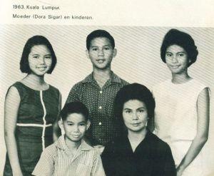 Dora Marie Sigar muda dengan keempat anaknya, 1963, Kuala Lumpur