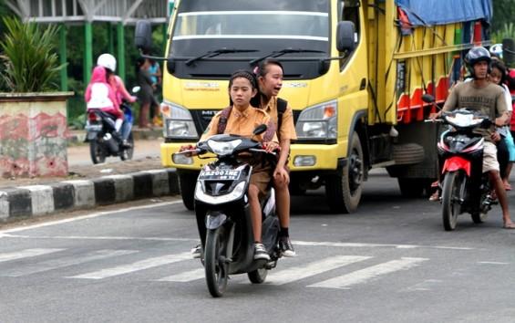 Jangan dicontoh, belum punya sim, anak sekolah dilarang naik motor