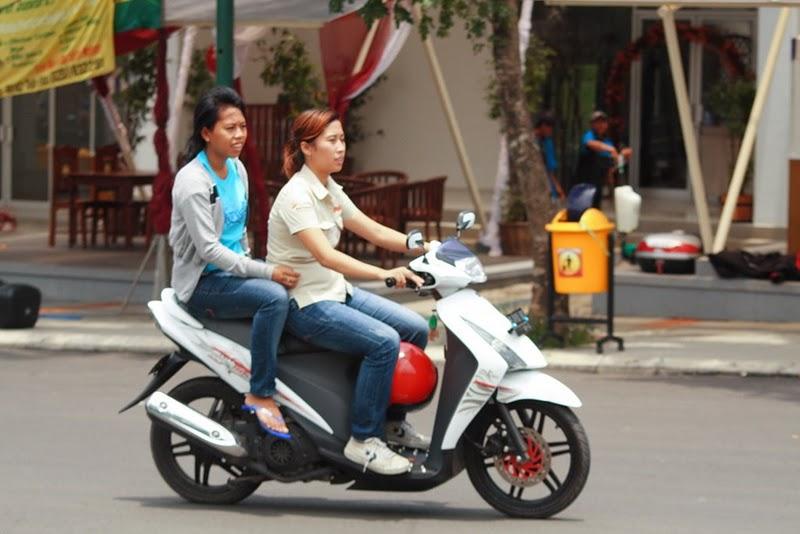 Jangan ditiru naik motor tanpa helm,