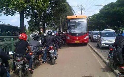 Melawan arah dan menerobos busway, penyebab kemacetan, tidak sabaran